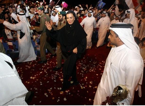 Sheikha Moza bint Nasser al-Missned, vợ của Quốc vương Qatar Sheikh Hamad bin Khalifa al-Thani, vẫy tay chào đám đông khi bà tới Doha mà không ăn mặc đúng nghi thức tôn giáo