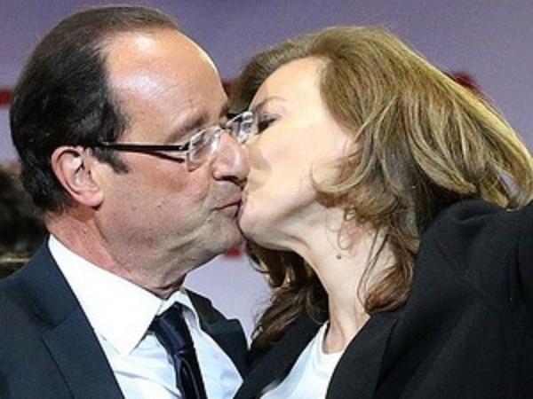 Bà Valarie Trierweiler hôn đắm đuối ông Hollande trước mặt bàn dân thiên hạ