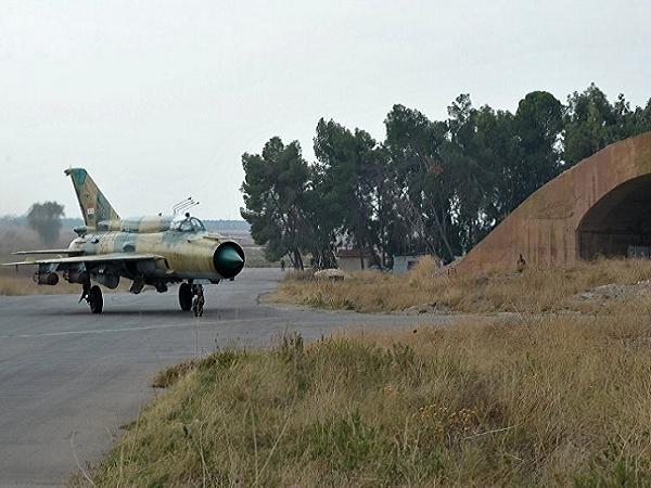 Máy bay chiến đấu MiG-21 của Syria chuẩn bị cất cánh tại sân bay Hama