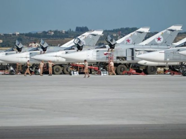 Các máy bay ném bom Su-24 Nga tại căn cứ không quân Hmeymim ở Syria