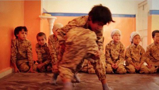 Những em nhỏ được cho là đang bị IS ép huấn luyện