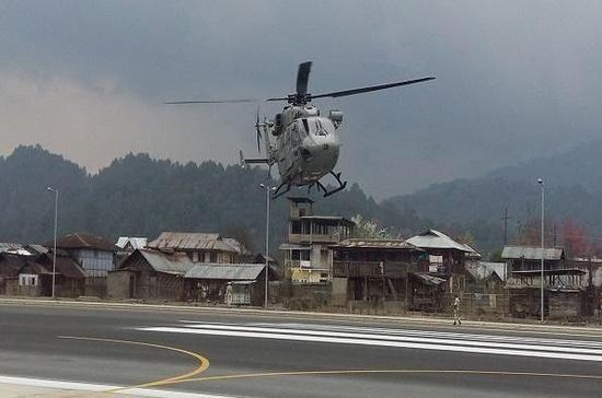 Trực thăng của Ấn Độ hạ cánh xuống một sân bay gần biên giới