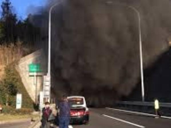 Khói đen bốc ra từ đường hầm sau vụ tai nạn ô tô kinh hoàng