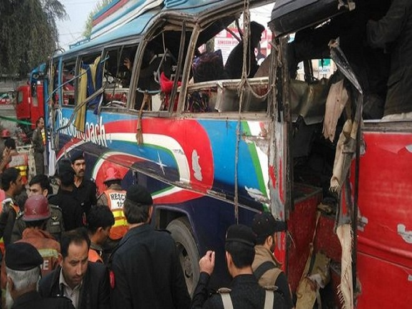 Chiếc xe chở công chức đã phát nổ ở Peshsawar khiến 15 người thiệt mạng