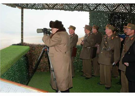 Ông Kim Jong-un thị sát quân đội diễn tập