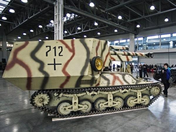 Du khách ngắm xem pháo tự hành cỡ nòng 150mm leFH 18-4 auf Geschutzwagen Lr.S