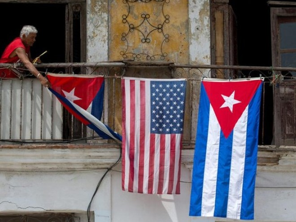 Người dân treo cờ Mỹ và cờ Cuba ở ban công.