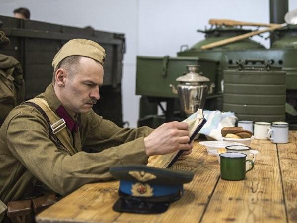 Khách tham quan có thể trải nghiệm vào cuộc sống hàng ngày của quân nhân, ví dụ như: lắp ráp và tháo rời một khẩu súng trường, hoặc quan sát công việc của một bệnh viện dã chiến.