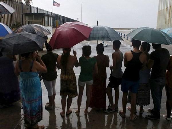 Người dân Cuba đứng chờ bên ngoài Đại sứ quán Mỹ tại La Habana lúc Tổng thống Obama tới.
