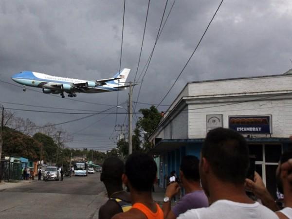 Mọi người đổ ra đường xem chiếc Air Force One nổi tiếng đang bay là là trên con đường ở La Habana khi chuẩn bị hạ cánh xuống sân bay Jose Marti.