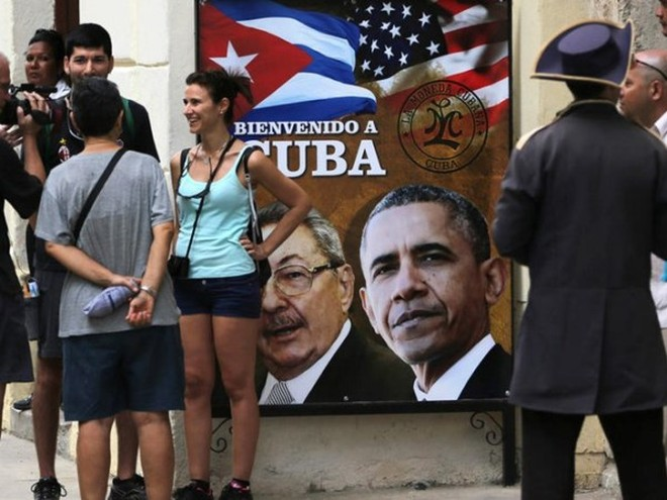 Một tấm biển in hình Tổng thống Mỹ Obama và Chủ tịch Cuba Raul Castrol gần Nhà Thờ ở phố cổ tại La Habana.