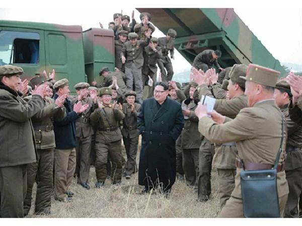 Nhà lãnh đạo Kim Jong-un chỉ đạo một cuộc phóng tên lửa đa nòng
