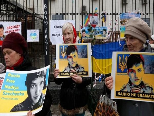 Những người ủng hộ Savchenko một lần nữa biểu tình bên ngoài Đại sứ quán Nga tại Kiev
