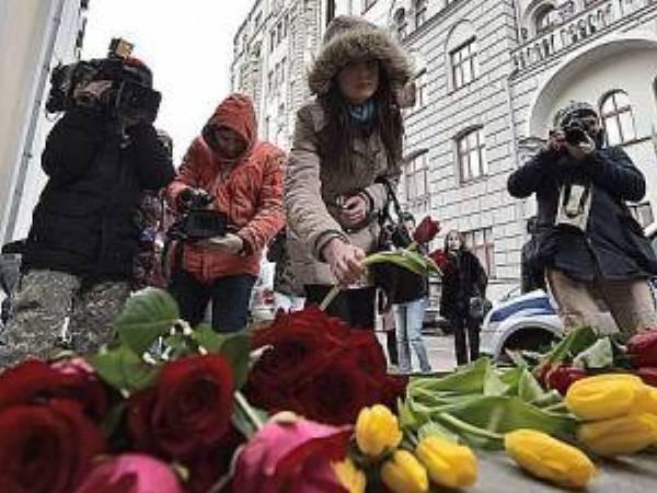 Người dân Nga đặt hoa tại Đại sứ quán Bỉ ở Moscow, tưởng niệm các nạn nhân trong loạt vụ tấn công khủng bố đẫm máu hôm 22-3
