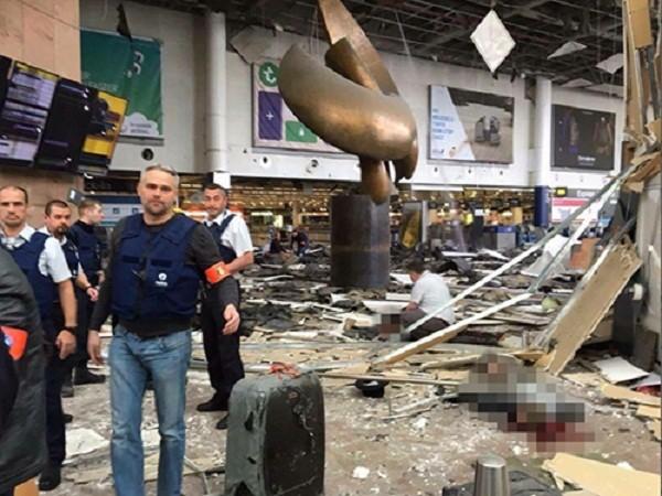 Hiện trường tan hoang bên trong khu vực khởi hành ở sân bay sau loạt vụ đánh bom tự sát ngày 22-3 ở Brussels, Bỉ