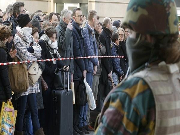 Cảnh sát đang kiểm soát chặt chẽ lối đi vào ga tàu điện trung tâm sau loạt vụ đánh bom tự sát ngày 22-3 ở Brussels, Bỉ
