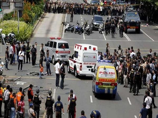 Đám đông tụ tập sau một vụ tấn công khủng bố. Đây là việc không nên làm vì có thể khiến bản thân mọi người gặp nguy hiểm