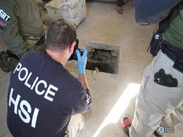 Đội phản ứng nhanh Cục điều tra an ninh Mỹ đang chụp ảnh lối ra của đường hầm ở Calexico, California