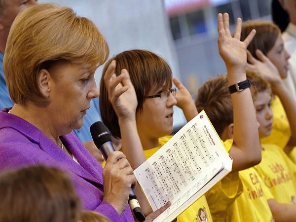 Thủ tướng Đức Angela Merkel hát với trẻ em trong một ngày mở cửa cho công chúng tại vườn Chancellery, tại Berlin, 23-9-2009.