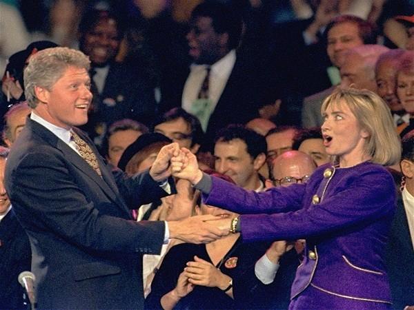 Ông Bill Clinton và bà Hillary Clinton- ứng viên tổng thống 2016 của đảng Dân chủ thể hiện sự đồng điệu khi cùng nhảy trên sân khấu tại Đông Rutherford, bang New Jersey ngày 1-11-1992, trước thềm bầu cử Tổng thống Mỹ.