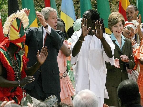 Cựu Tổng thống Mỹ George W. Bush và đệ nhất phu nhân Laura Bush nhảy với Assane Konte và Vũ đoàn Kankouran West African sau một bài phát biểu về nhận thức phòng chống bệnh sốt rét, tại Vườn Hồng của Nhà Trắng ở Washington, DC ngày 25- 4 -2007.