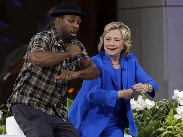 Ứng cử viên tổng thống 2016 của đảng Dân chủ Hillary Rodham Clinton tập luyện vũ đạo với DJ Stephen Boss trong thời gian nghỉ tại buổi ghi hình của chương trình The Ellen DeGeneres Show, tại trung tâm Rockefeller, New York, ngày 8 - 9 - 2015.