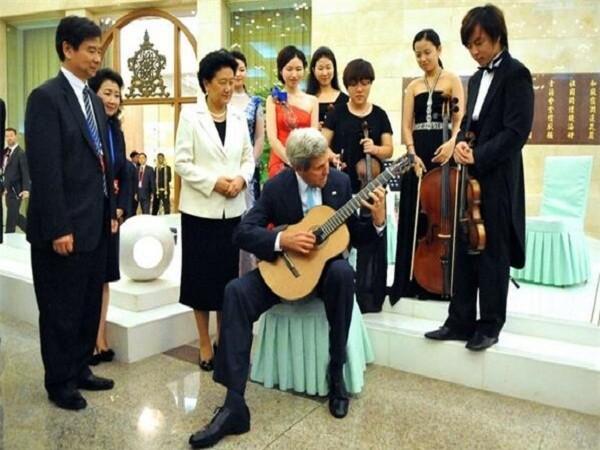 Ngoại trưởng Mỹ John Kerry đã trổ tài chơi guitar trong khi đồng chủ trì một sự kiện trao đổi văn hóa Mỹ-Trung tại Đại lễ đường Nhân dân Bắc Kinh ngày 10-7-2014.