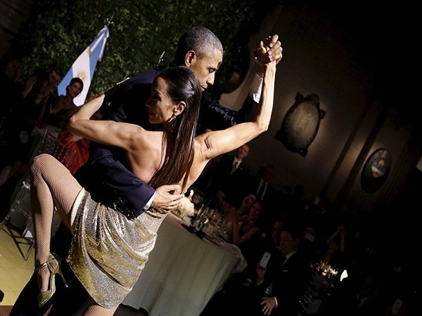 Tổng thống Hoa Kỳ Barack Obama được mời bước ra nhảy vũ điệu truyền thống của Argentina, tại bữa quốc yến trong chuyến thăm của ông tới Argentina ngày 23-3-2016.