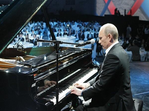 Tổng thống Nga Vladimir Putin (khi đó là Thủ tướng Chính phủ) chơi piano trong buổi hòa nhạc từ thiện cho trẻ em bị ung thư tại cung điện Ice ở St. Petersburg, ngày 10-12-2010. Ông Putin cũng trổ tài ca hát trong sự kiện này.