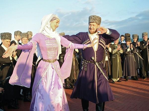 Nhà lãnh đạo Chechnya Ramzan Kadyrov nhảy trước tòa nhà Chính phủ trong lễ kỷ niệm Ngày Ngôn ngữ Chechnya. Điệu nhảy của ông vô cùng đẹp mắt, và nhận được những tràng pháo tay cổ vũ của các quan chức đứng xem.