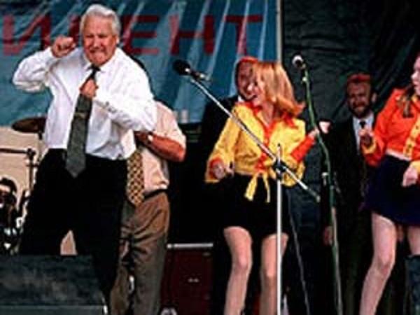 Cựu Tổng thống Nga Boris Yeltsin nhảy tại một buổi hòa nhạc rock ở Rostov, Nga