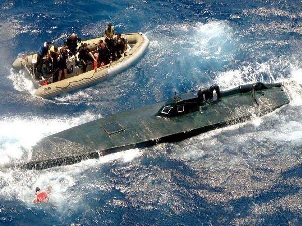 Lính tuần duyên Mỹ tiếp cận một tàu bán ngầm tự chế chở cocaine