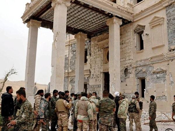 Thành cổ Palmyra gồm các đền thờ và lăng mộ nằm trong một quần thể di tích cổ rộng lớn của đế chế La Mã cổ đại. Lực lượng thân chính phủ đã làm hết sức để tránh gây thiệt hại đối với các di tích ở Palmyra.