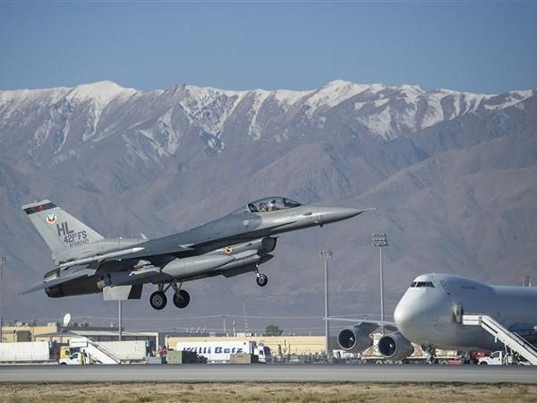 Một chiếc máy bay chiến đấu F-16 của Mỹ cất cánh từ sân bay Bagram, Afghaninstan