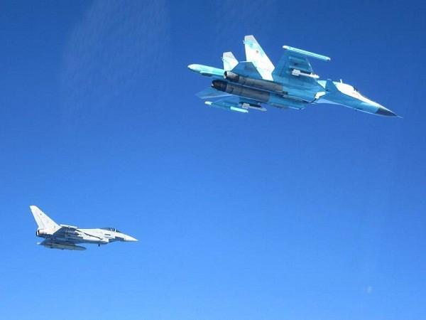 Máy bay chiến đấu Typhoon của Tây Ban Nha áp tải một chiếc Su-24 của Nga