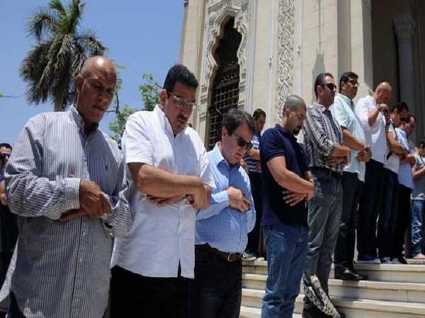 Hàng trăm người cầu nguyện cho những nạn nhân mất tích trong vụ MS804 ảnh 2