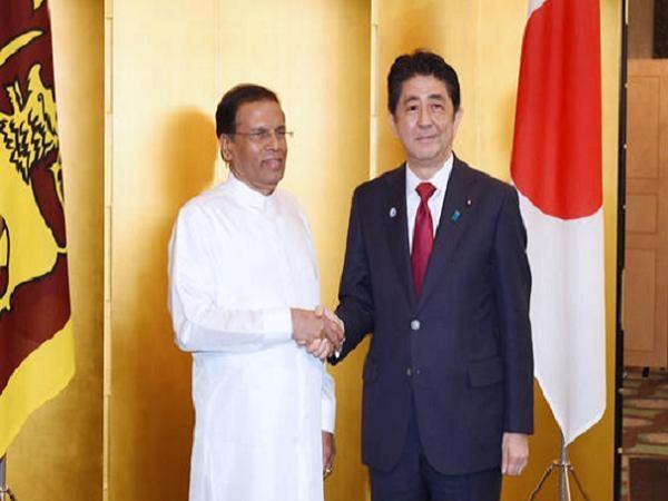Tổng thống Maithripala Sirisena (trái) và Thủ tướng Shinzo Abe sau cuộc hội đàm