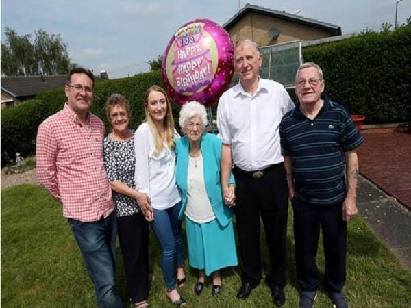 Anh: Bí quyết sống lâu, sống khỏe của cụ bà 102 tuổi ảnh 1