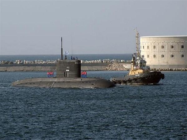 """Được Hải quân Mỹ mệnh danh là """"hố đen ở đại dương"""", tàu ngầm Novorossiysk thuộc lớp Varshavyanka là một phiên bản cải tiến của tàu ngầm lớp Kilo và được ứng dụng công nghệ tàng hình tiên tiến, có phạm vi chiến đấu mở rộng và khả năng tấn công các mục tiêu trên mặt đất, trên biển và ngầm."""