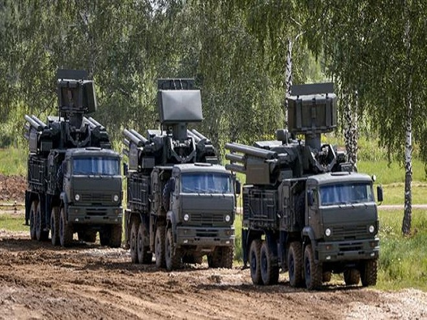 """Hệ thống tổ hợp tên lửa - pháo phòng không """"Pantsir-S1 được trang bị 12 tên lửa """"đất đối không"""" và 2 khẩu pháo tự động cỡ nòng 30 mm. Đây là vũ khí hiệu quả chống máy bay, trực thăng, tên lửa đạn đạo và tên lửa hành trình."""