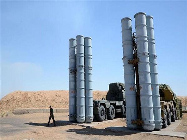 """S-300 là một loạt các hệ thống tên lửa đất-đối-không tầm xa của Nga. Đây có thể coi là """"sát thủ"""" đáng gờm nhất đối với các máy bay. Bất cứ thứ gì hoạt động trên không trung trong bán kính 300km đều phải thận trọng với hệ thống này."""