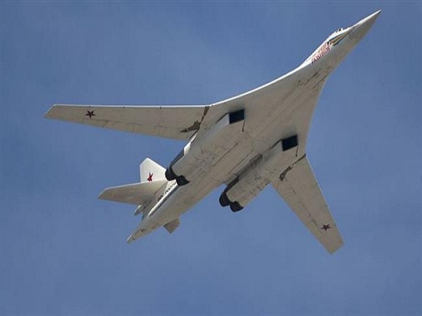 """Tupolev Tu-160 là một máy bay ném bom hạng nặng, siêu thanh . Nó có thể mang tới 40 tấn vũ khí hạt nhân và thông thường. Chiếc máy bay này được đặt biệt danh là """"Thiên nga trắng""""."""