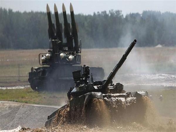 T-90 là xe tăng chiến đấu chủ lực thế hệ thứ ba và tiên tiến nhất của quân đội Nga phục vụ trong lực lượng Bộ binh Hải quân và lực lượng mặt đất. T-90 được gắn hệ thống phòng thủ chủ động quang điện gây nhiễu Shtora-1 để chống lại các tên lửa dẫn đường bằng laser, hồng ngoại cũng như gây rối các hệ thống hiển thị mục tiêu.