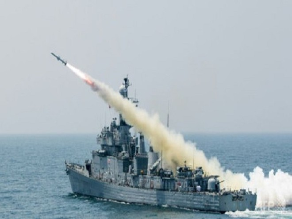 Một tàu chiến Hàn Quốc phóng tên lửa trong một cuộc diễn tập