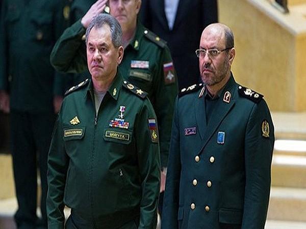 Bộ trưởng Quốc phòng Nga Sergey Shoygu (trái) và người đồng cấp Iran,