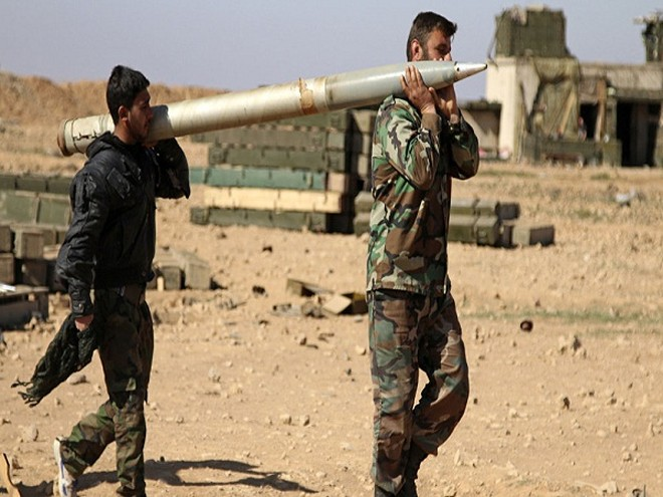 Binh lính quân đội Syria vác một quả rocket để bắn vào các vị trí của IS ở tỉnh Raqqa