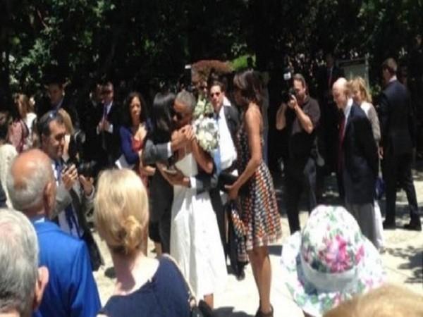 Ông Obama dành cái ôm thật chặt cho con gái