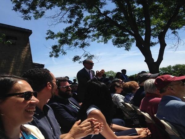 Tổng thống Obama đứng lên vỗ tay khi tên của Malia được xướng lên