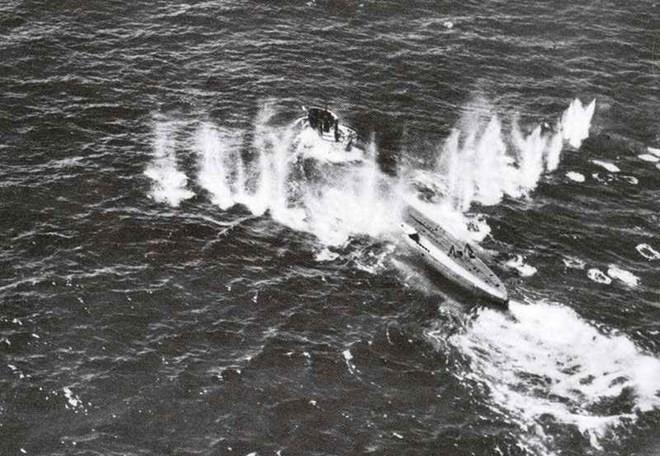 Máy bay Đồng minh tấn công một tàu ngầm U-boat của Đức