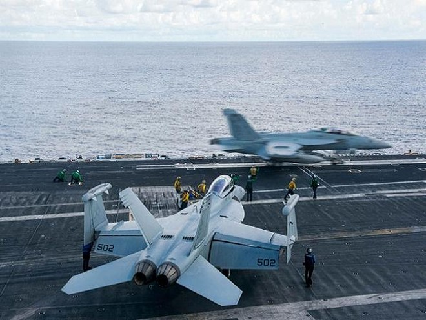 Máy bay tấn công điện tử EA-18G của hải quân Mỹ đang triển khai trên tàu sân bay